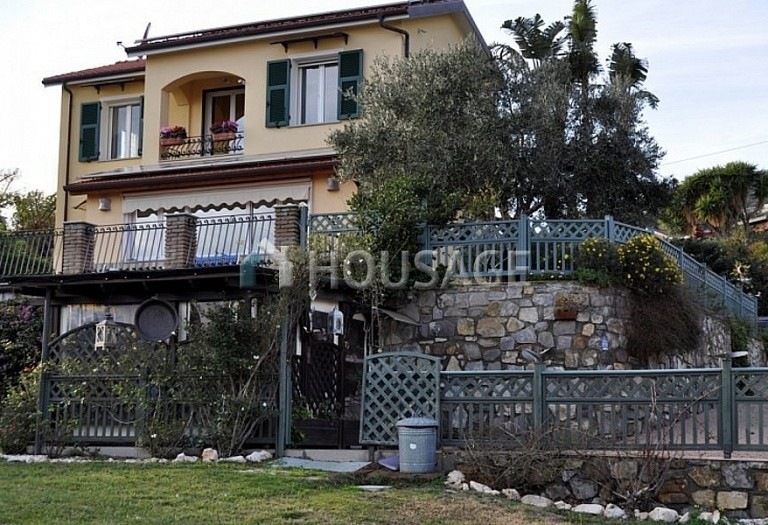 4 bed villa for sale in Cipressa, Italy, 210 m² - photo 1