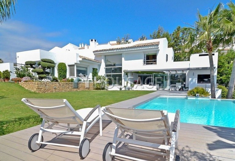 Villa for sale in Nueva Andalucia, Marbella, Spain, 401 m² - photo 1