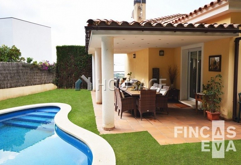 5 bed villa for sale in Premia de Dalt, Spain, 438 m² - photo 2